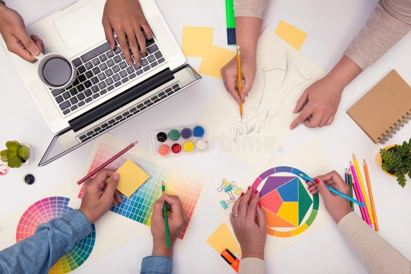 Konzept der Designerteamwork-Brainstormingplanungssitzung lizenzfreie stockbilder