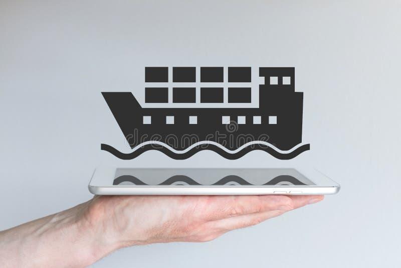 Konzept der digitalen und beweglichen Logistik und des Transportwesens Hand, die modernes intelligentes Telefon anhält stockfotos