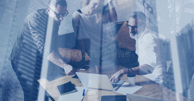 Konzept der Doppelbelichtung Junges Geschäftsteam, das große Diskussion im modernen coworking Dachboden macht Bärtiger Geschäftsm stockfotografie