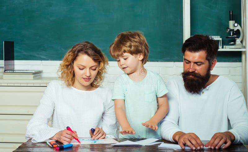 Konzept der Erziehungsmathematik Frauen und Mann helfen dem Kind Happy Young Players lizenzfreies stockfoto