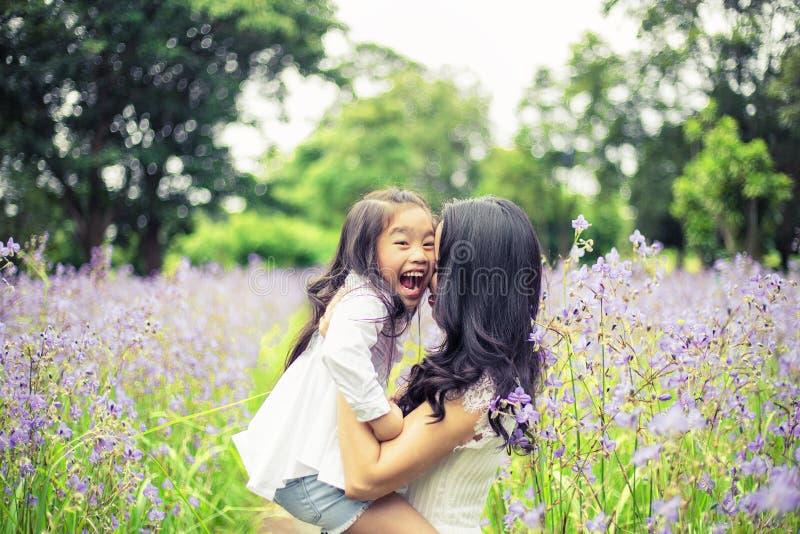 Konzept der Familie Mutter- und Kindertochter draußen im Sommer lizenzfreie stockfotos