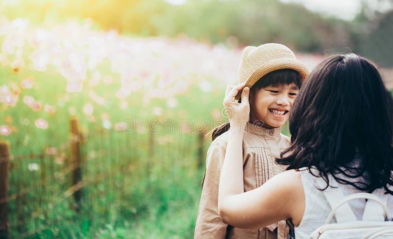 Konzept der Familie Mutter- und Kindertochter draußen im Sommer lizenzfreies stockfoto
