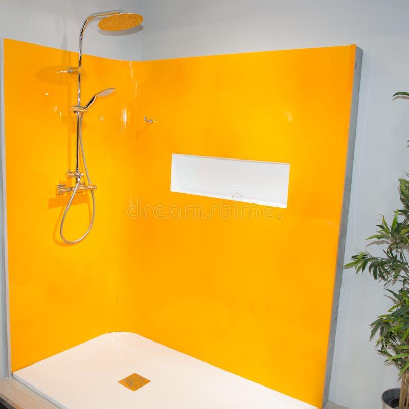 Konzept der Fiberglas- oder gelcoatdusche in der Orange im Wohnungsausgangshaus stockfotografie