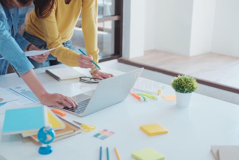 Konzept der Firmenneugründungs-Teamwork Brainstroming und der Bildung lizenzfreies stockbild