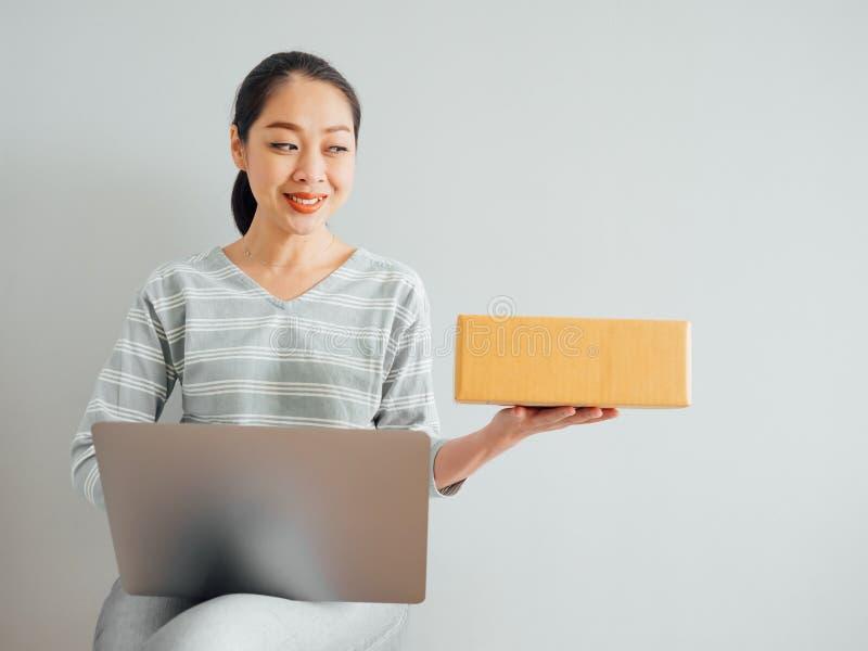 Konzept der Frau gl?cklich mit ihrem on-line-Gesch?ftsverkauf stockbilder