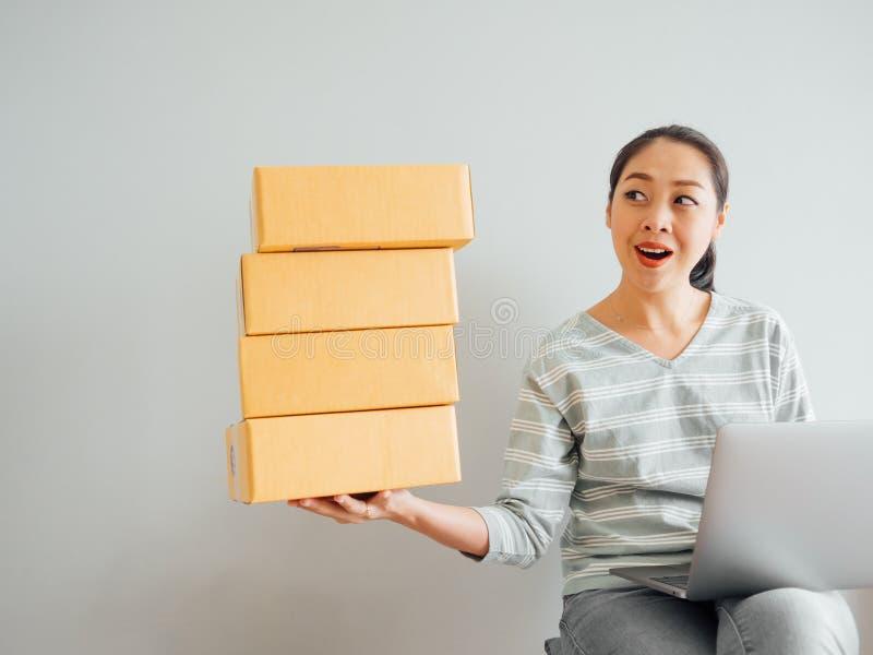 Konzept der Frau gl?cklich mit ihrem on-line-Gesch?ftsverkauf lizenzfreies stockfoto