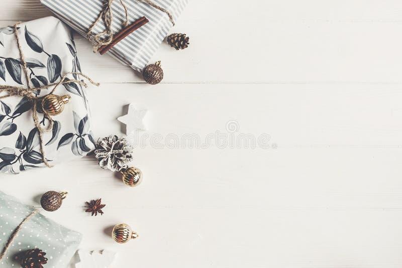 Konzept der frohen Weihnachten stilvolle moderne Geschenke mit Verzierungen lizenzfreie stockfotografie