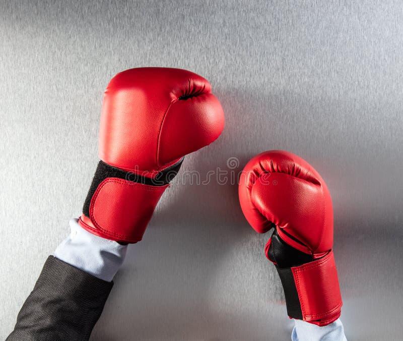 Konzept der Frustration oder des Bürowettbewerbs für boxenden Geschäftsmann stockfotografie