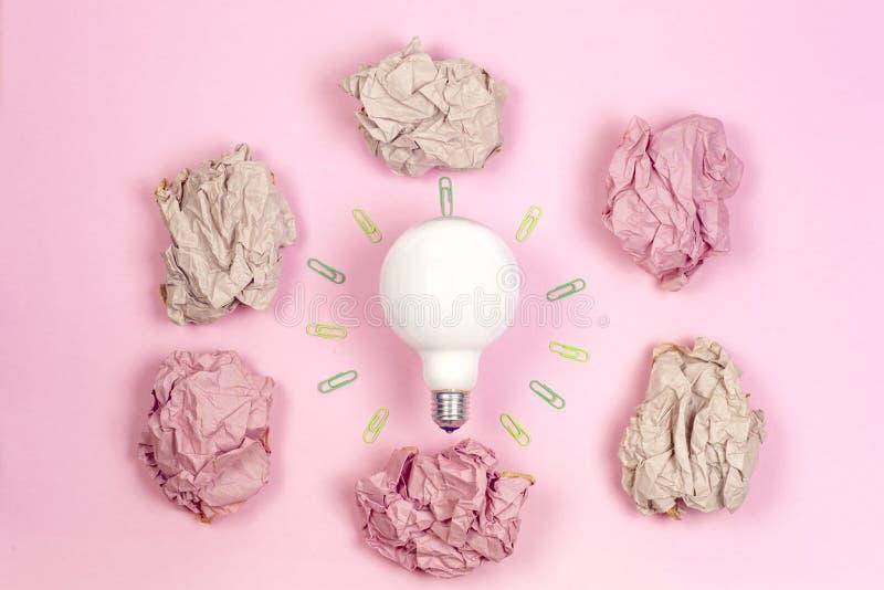 Konzept der großartigen Idee mit zerknittertem buntem Papier und Glühlampe O stockbilder