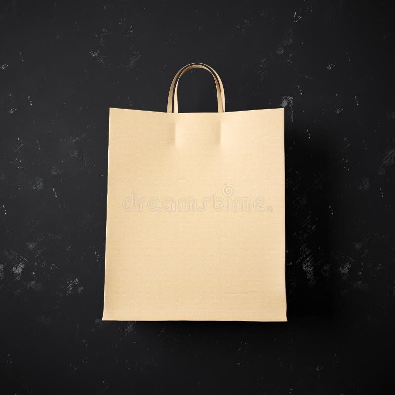 Konzept der Handwerkseinkaufstasche auf dem Schwarzen stockbilder