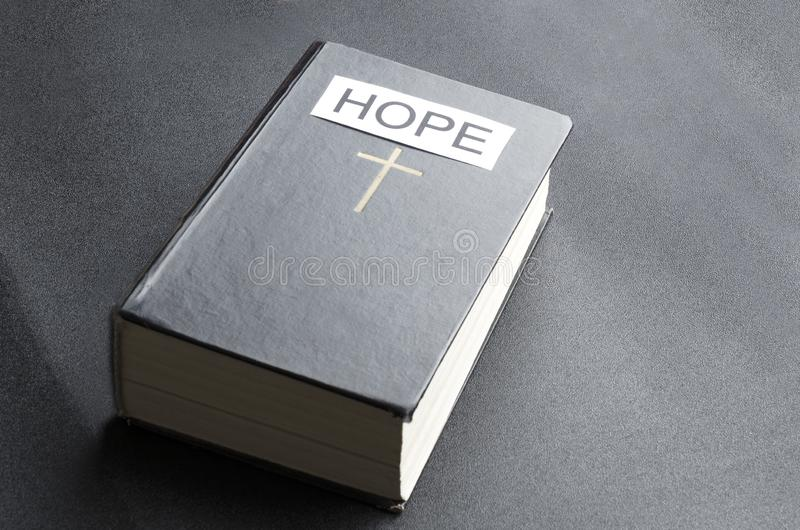Konzept der heiligen Bibel als Symbol der Hoffnung lizenzfreies stockfoto