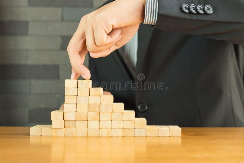 Konzept der Hindernisse voran Handgehende Aufstiege zur Spitze eines Anflehunges stockbilder