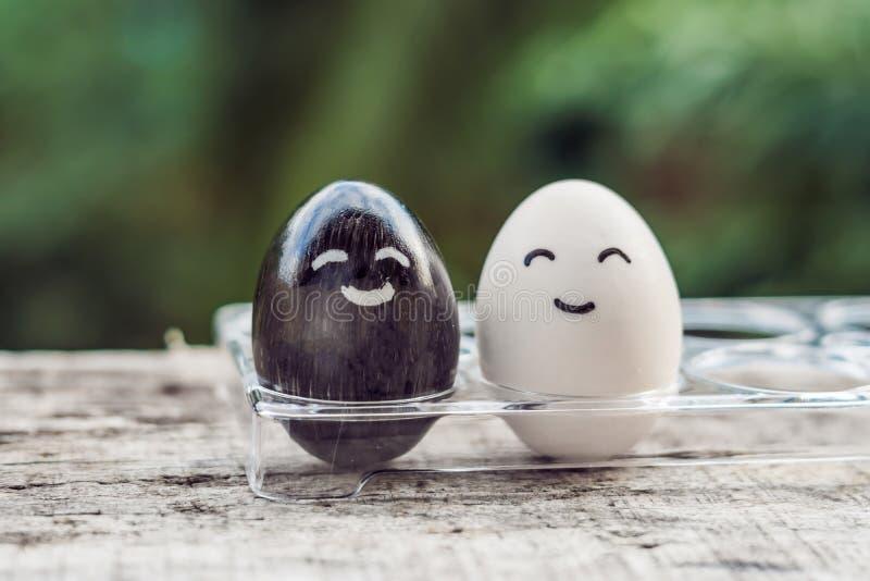 Konzept der interkulturellen Ehe Schwarzweiss-Ei als Paar von d lizenzfreie stockfotografie