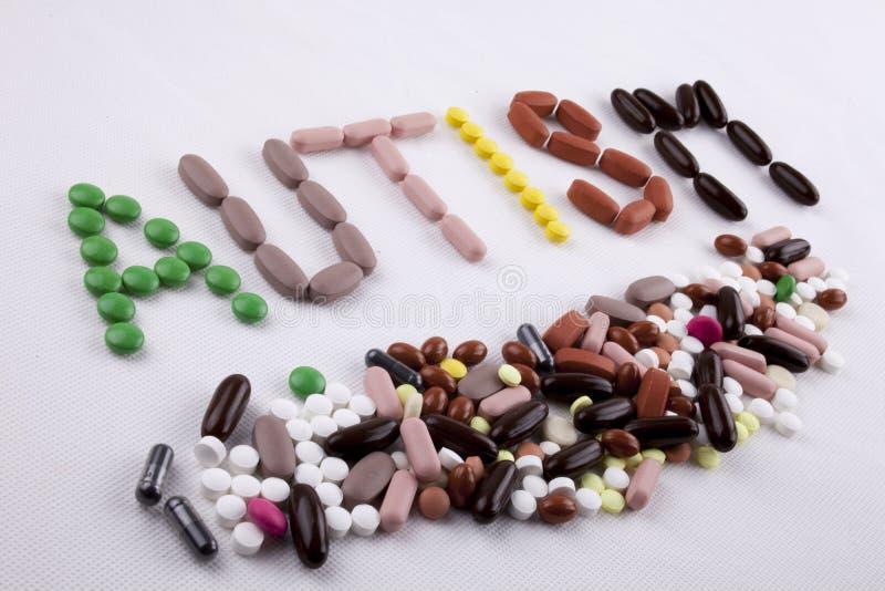 Konzept der medizinischen Behandlung der Handschrifttexttitelinspiration geschrieben mit Pillendrogen-Kapselwort AUTISMUS auf Wei stockfoto