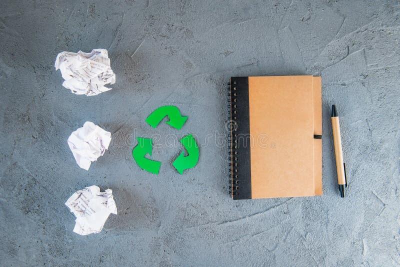 Konzept der Papierwiederverwertung - das benutzte Papier, das in verwandelt wird, bereiten Papiernotizbuch auf Ausschnitt, der Sy lizenzfreies stockbild