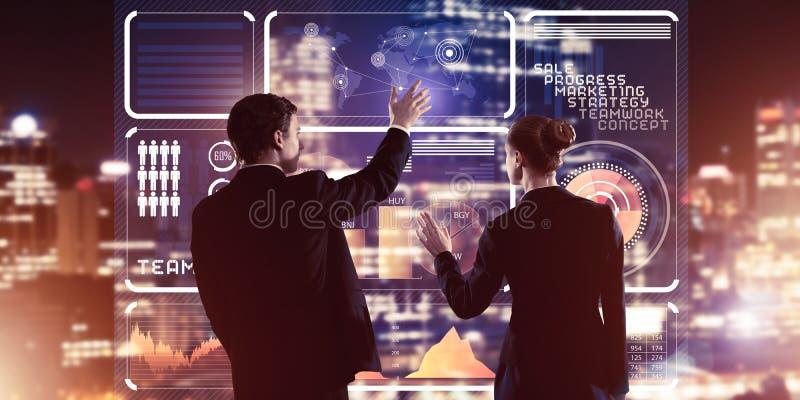 Konzept der Partnerschaft und Zusammenarbeit mit Menschen über virtuelle Schnittstellen stockfotografie