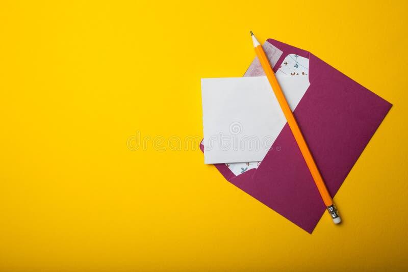 Konzept der schriftlichen Korrespondenz, Buchstabe auf einem gelben Hintergrund Leerer Platz f?r Text lizenzfreies stockfoto