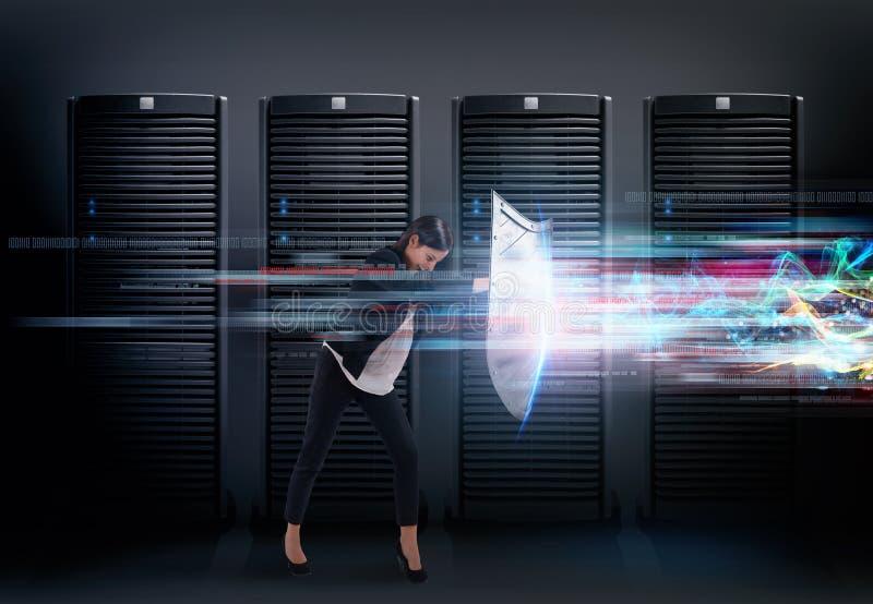 Konzept der Sicherheit in einem Rechenzentrumraum mit Datenbankserver Frau mit Schild verteidigt gegen Hackerangriffe stockbild