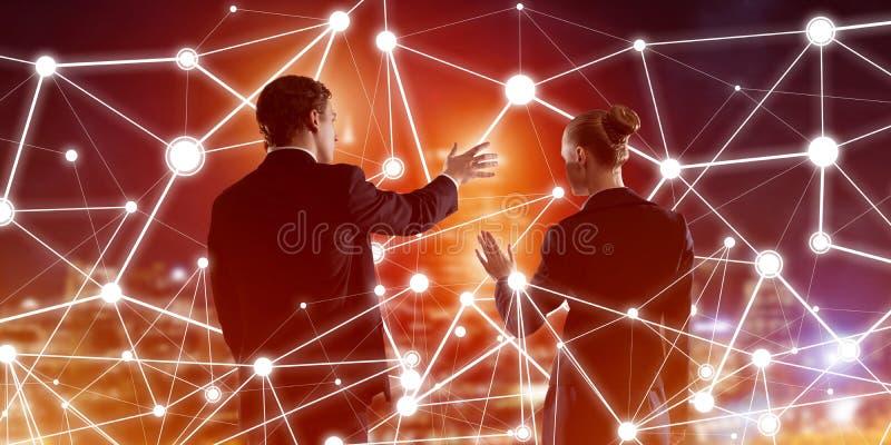 Konzept der sozialen Vernetzung und Vernetzung gegenüber der Nachtstadtsicht und Kooperationspartner lizenzfreie stockfotografie