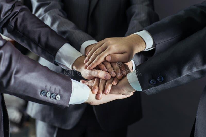 Konzept der Teamarbeit: eine Nahaufnahme von den Händen von Geschäftsteams, gestapelt eins auf anderen stockbild