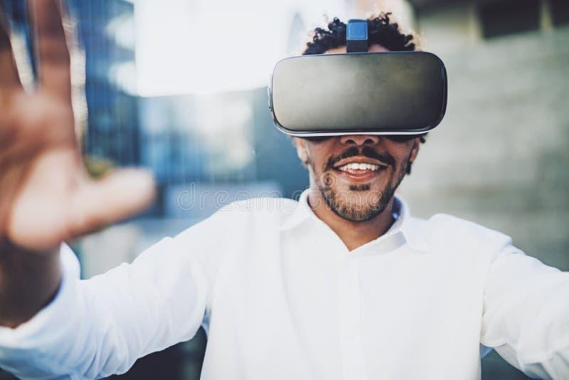 Konzept der Technologie, des Spiels, der Unterhaltung und der jungen Leute Nahaufnahmeansicht des lächelnden amerikanischen afrik lizenzfreie stockfotos