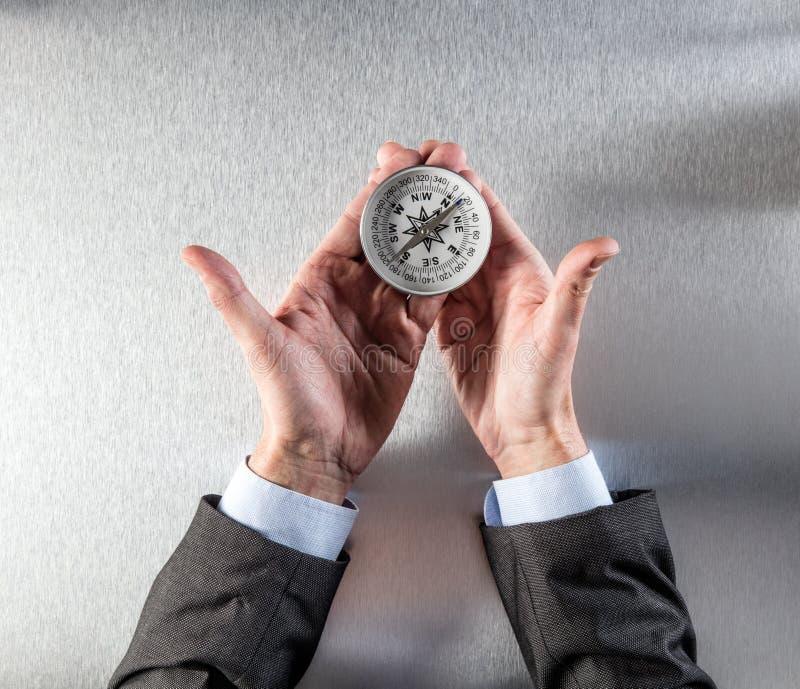 Konzept der Unternehmenserforschung für Geschäftsmann übergibt das Halten eines Kompassses lizenzfreie stockfotografie