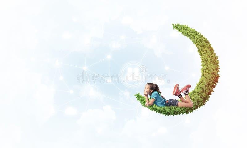 Konzept der unvorsichtigen glücklichen Kindheit mit dem Mädchen, das über Som träumt lizenzfreie stockbilder