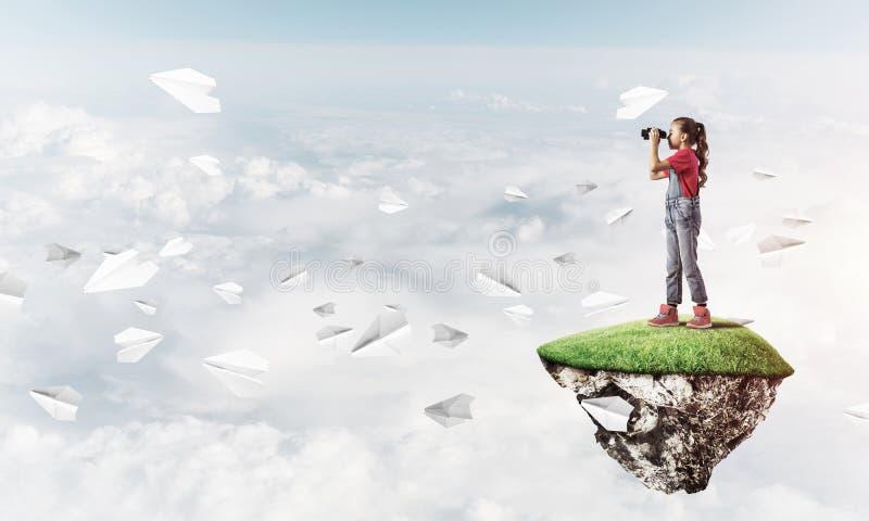 Konzept der unvorsichtigen glücklichen Kindheit mit dem Mädchen, das im binocul schaut lizenzfreie stockfotografie