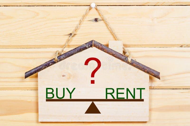 Konzept der Wahl zwischen Kauf oder Miethaus lizenzfreie stockfotografie