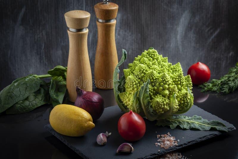 Konzept des biologischen Lebensmittels mit Frischgemüse: Romanesco-Brokkoli, reife Tomaten, rote Zwiebel stockfoto