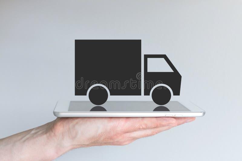 Konzept des digitalen Unterbrechungstransportes/des Logistikgeschäftsmodells Hand, die Tablette oder großes intelligentes Telefon stockfotos