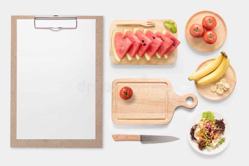Konzept des Entwurfes des Frischgemüses des Modells, der Früchte und des Klippbrettes lizenzfreies stockbild