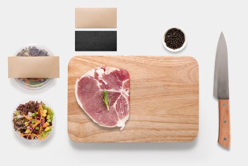Konzept des Entwurfes des Modell bbq-Steaksatzes lokalisiert auf weißem backgro stockfoto