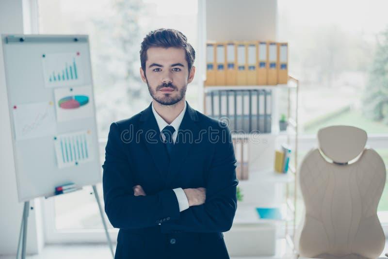 Konzept des erfolgreichen jungen überzeugten Geschäftsmannes konzentriert stockfotografie