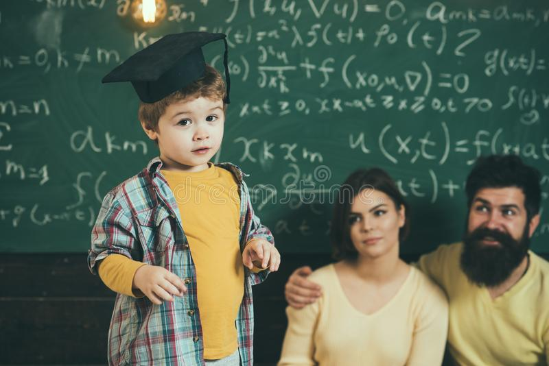 Konzept des ersten Grades Schüler des ersten Grades Kleines Kind bereit zum ersten Grad Studieren Sie stark und machen Sie Grad lizenzfreie stockfotografie