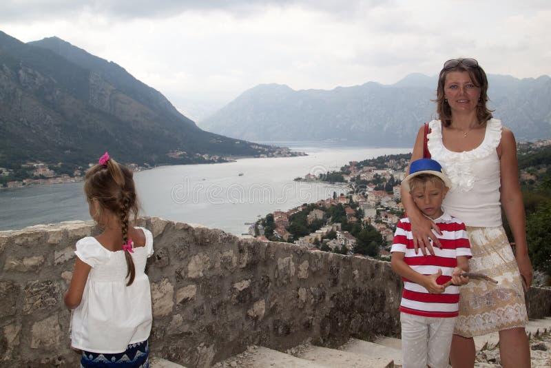 Konzept des Familienabenteuers Die Mutter, die mit Kindern reist, ist d stockbilder