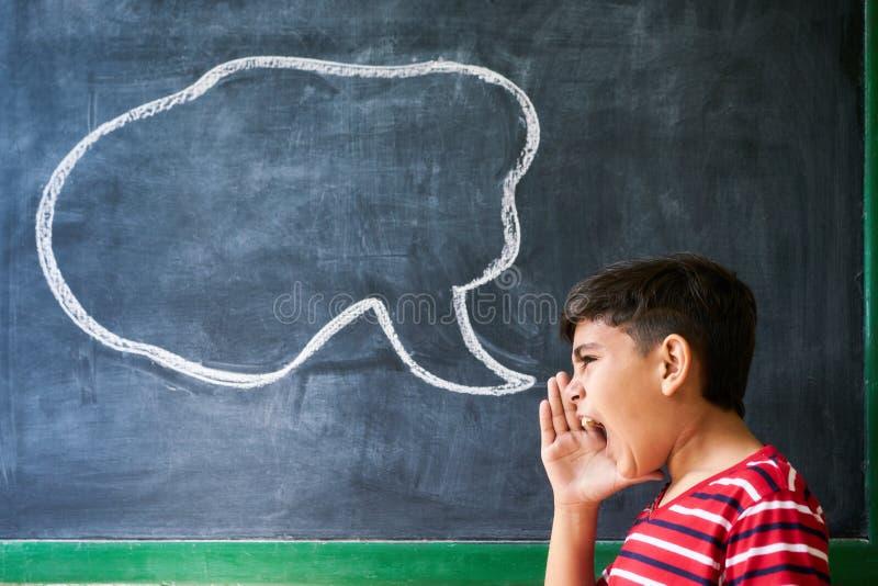 Konzept des Frustrations-Kampf-Arguments mit dem hispanischen Jungen-Schreien stockfotos