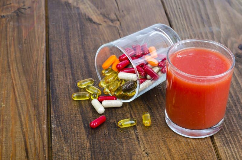 Konzept des gesunden Lebensstils und der Diät Früchte, Gemüse, Säfte, Pillen und Vitaminergänzungen stockfotografie