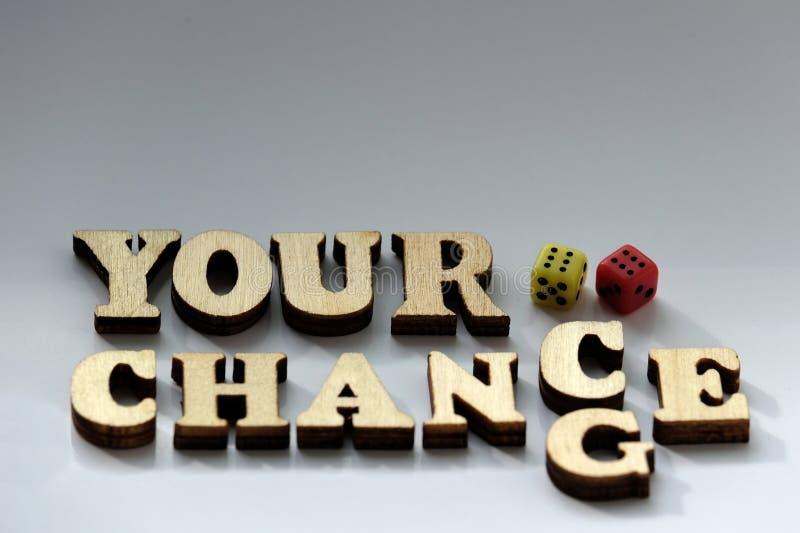 Konzept des Glücks im Spiel Die Aufschrift IHRE MÖGLICHKEIT, ÄNDERUNG von den hölzernen Buchstaben und zwei Würfel von Rotem und  lizenzfreie stockfotos
