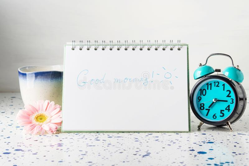 Konzept des gutenmorgens mit Becher und Uhr lizenzfreie stockfotos