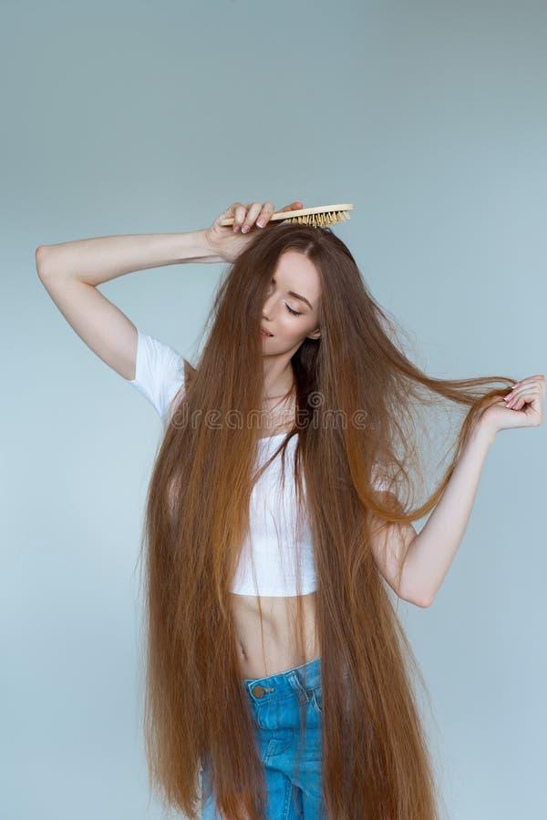 Konzept des Haarausfalls Schließen Sie herauf das Porträt der unglücklichen traurigen betonten jungen Frau mit dem lang trockenen stockfoto