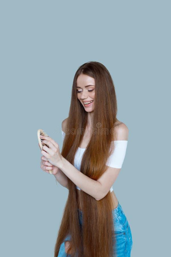 Konzept des Haarausfalls Schließen Sie herauf Porträt der unglücklichen traurigen betonten jungen Frau mit dem lang trockenen bra stockbild