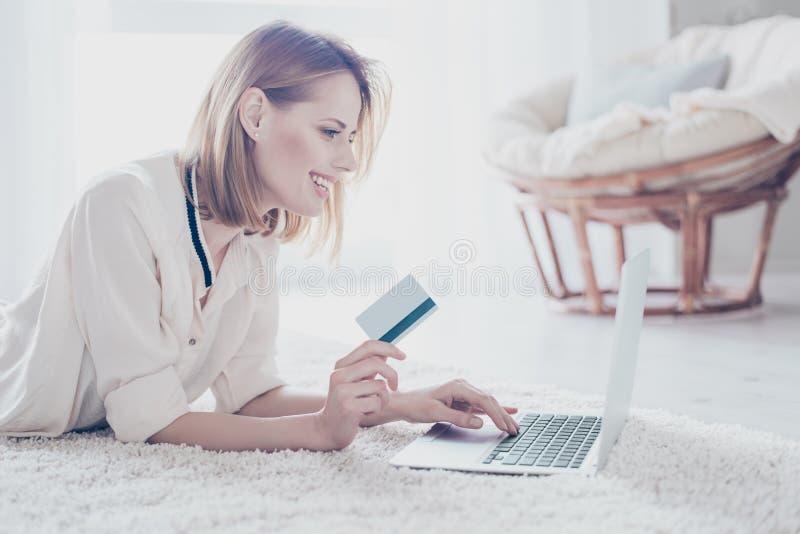 Konzept des Handelns des Einkaufens, ohne Ihr Haus zu verlassen Schließen Sie herauf p lizenzfreies stockfoto