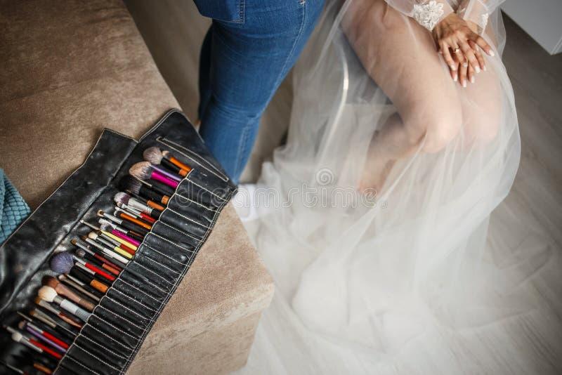 Konzept des Hochzeitsmakes-up Fachmann bilden den zutreffenden Künstler, Braut am Hochzeitstag wieder gutzumachen mit Fokus auf stockfotografie