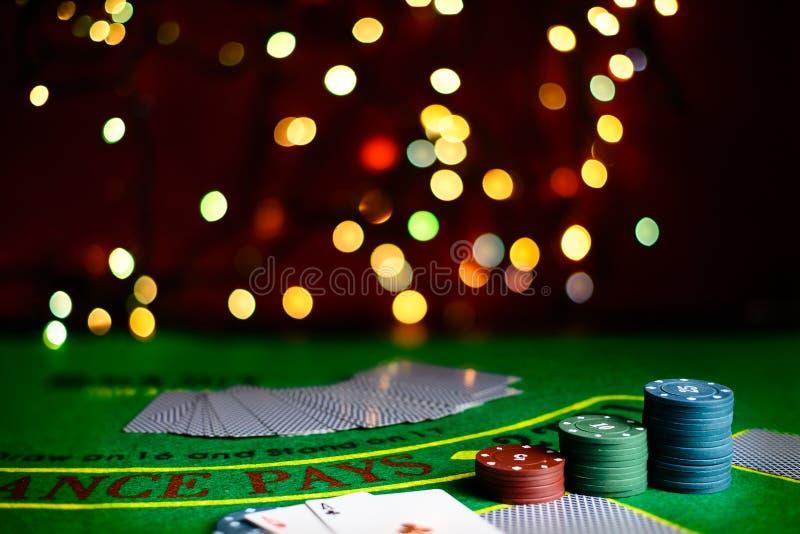 Konzept des Kasinos, der Spielkarten und des Geldes Stapel des Pokerchips lizenzfreies stockfoto