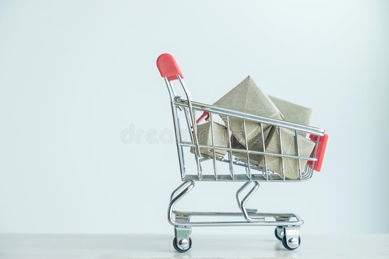 Konzept des Kaufeinkaufens, roter Warenkorb voll des Geschenkkastens lizenzfreies stockfoto