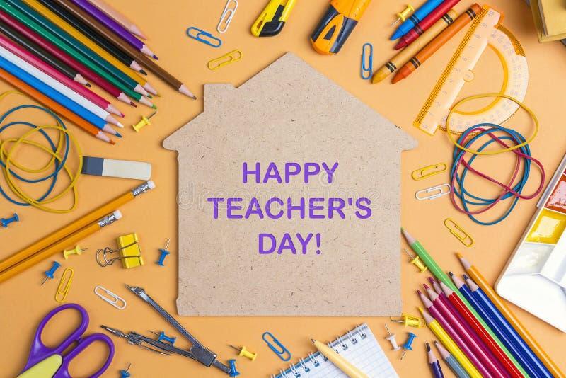 Konzept des Lehrers Tagesmit Haussymbol und Schulbedarf auf gelbem Hintergrund stockfotografie