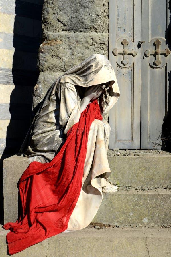 Konzept des Leidens und der Krise Trauer-, Todes- und Trennungskonzept Mutter, die Frauenschreien schreit Befestigung des Statuen stockbilder
