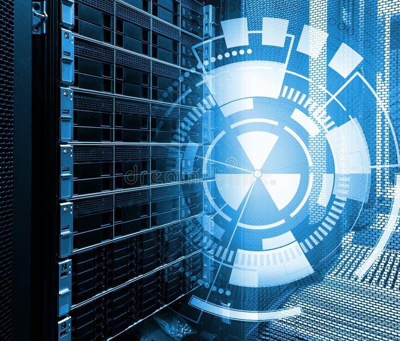 Konzept des Magnetplattenspeicher-Rechenzentrums Informationstechnologie und Datenbank auf technologischem Hintergrund lizenzfreie stockbilder