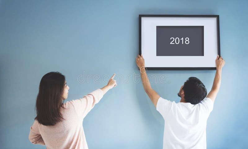 Konzept des neuen Jahres Asiatische Paare, die einen Bilderrahmen von 2018 ändern lizenzfreies stockbild